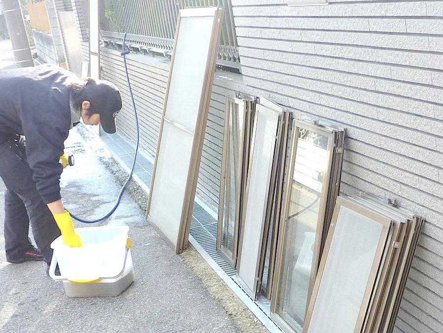 窓を外して両面洗う作業中の様子