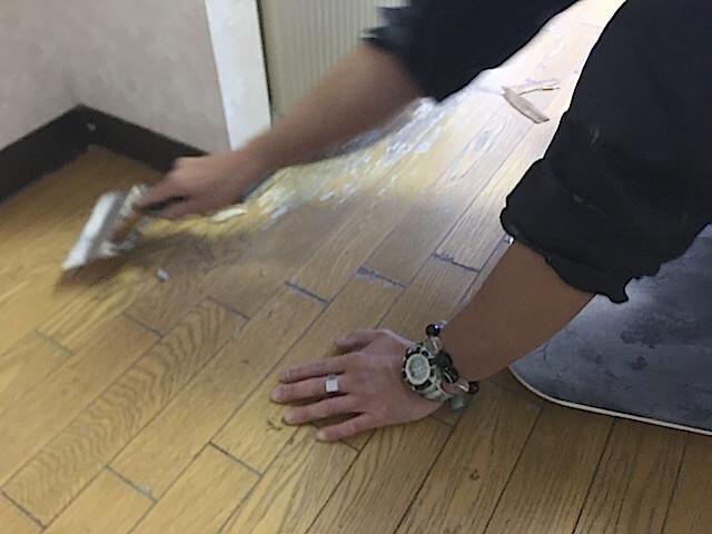 東京 江戸川区 老人ホーム 原状回復工事① クッションフロア上張り工事 下地補修の様子