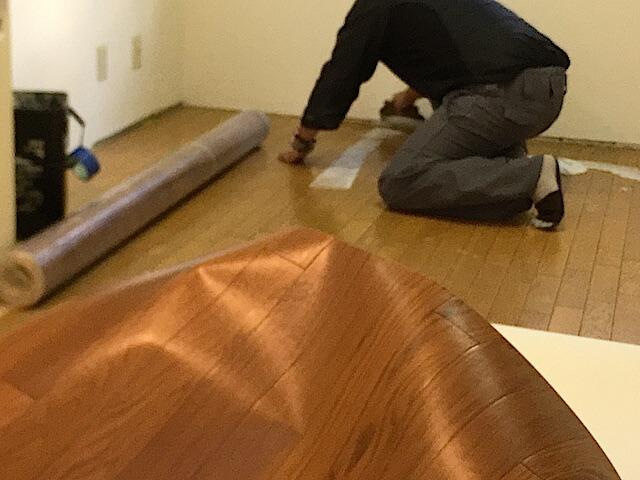 東京 江戸川区 老人ホーム 原状回復工事① クッションフロア上張り工事 作業中の様子