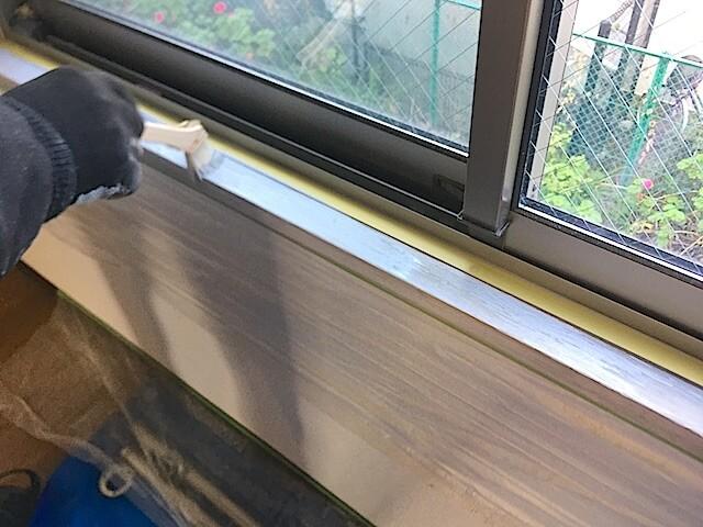東京 江戸川区 老人ホーム 原状回復工事① 窓枠塗装中の様子