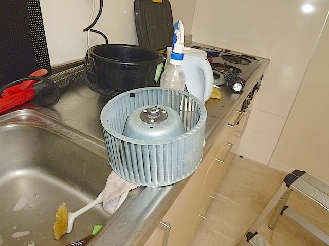 千葉県 八千代市 ベルヴィル勝田台 入居前清掃 レンジフード洗浄中の様子