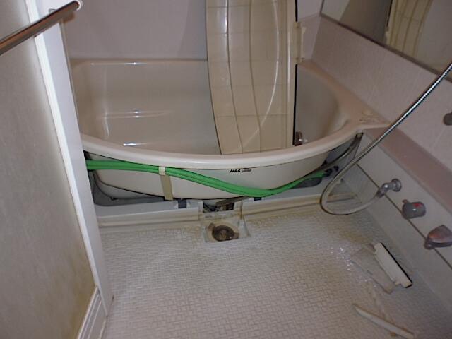 千葉市中央区 千葉マリンコート 入居前清掃 浴槽エプロン下洗浄中の様子