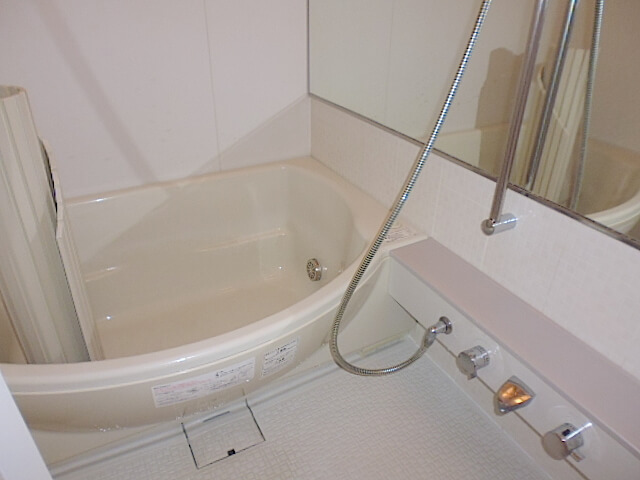 千葉市中央区 千葉マリンコート 入居前清掃 浴室下洗浄後の様子