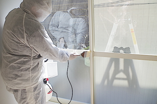 室内除菌作業中の様子