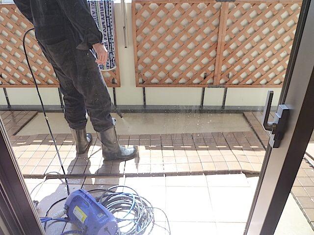 千葉市美浜区 コロンブスシティ 入居前清掃 バルコニー洗浄中の様子