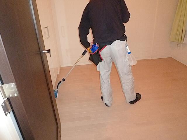 千葉県 八千代市 マンション エルプレシア 入居前清掃 WAX塗布作業の様子