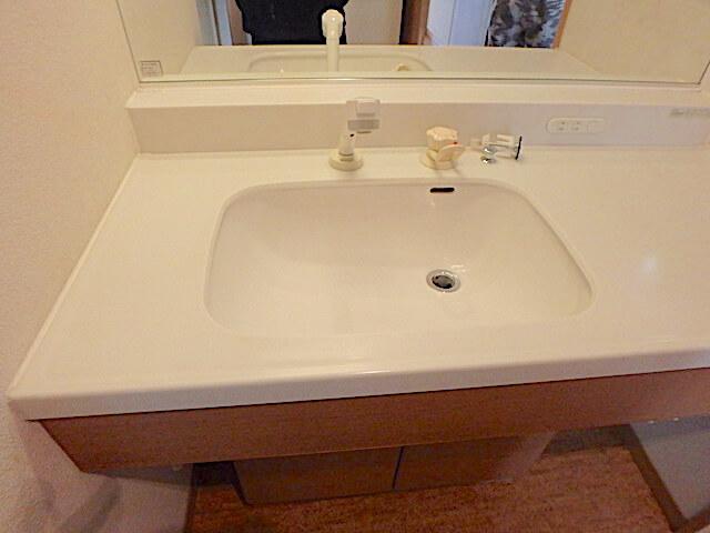 千葉市緑区おゆみ野 戸建て賃貸住宅 退去清掃 洗面台洗浄の様子