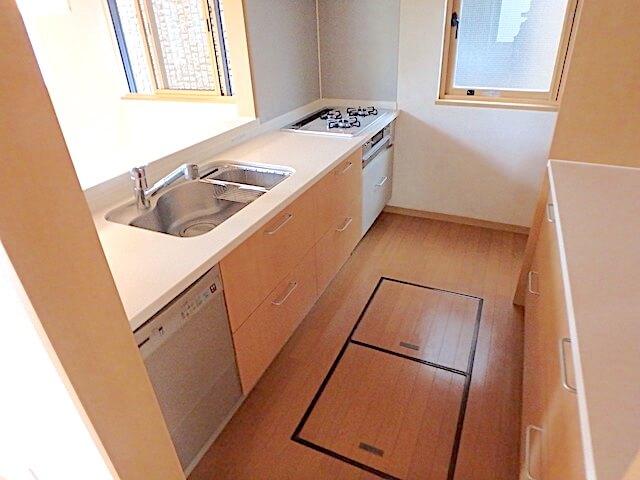 千葉市緑区おゆみ野 戸建て賃貸住宅 退去清掃 キッチン清掃の様子