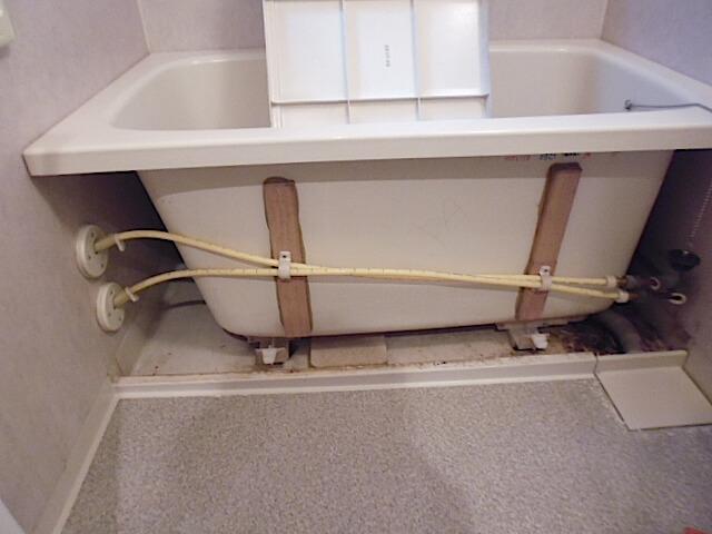 千葉県 佐倉市 レクセルガーデン志津壱番館 入居前清掃 浴槽エプロン下洗浄前の様子