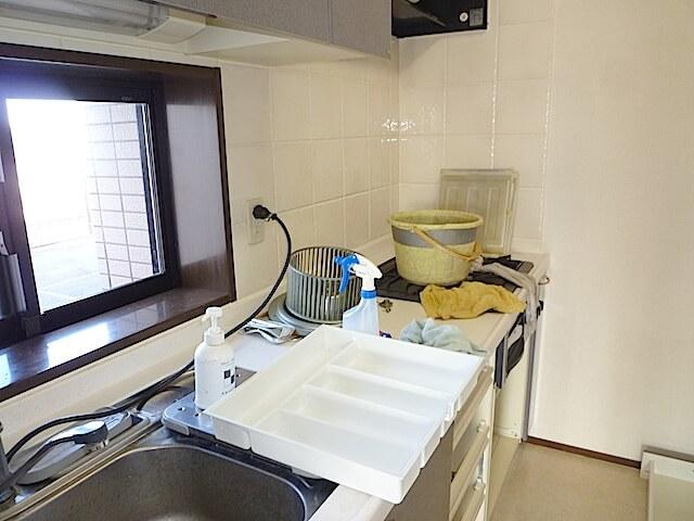 千葉県 佐倉市 ザ・ウィンベル臼井王子台 入居前清掃 換気扇洗浄中の様子