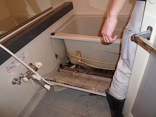 千葉県 佐倉市 ザ・ウィンベル臼井王子台 入居前清掃 浴槽エプロン下洗浄前の様子